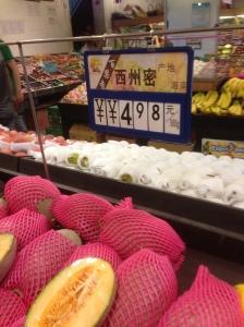 果物の種類は豊富でおいしい。Hさん家族の夏のお気に入り、細長い形のメロン。