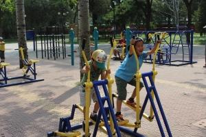公園の健康遊具で遊ぶ子供たち。中国人は公園好きで、散歩をしたり一角でトランプをする大人もよく見かけるそう。